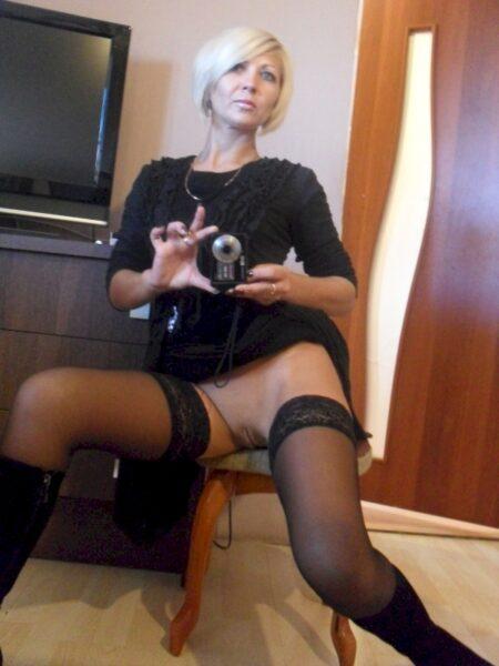 Cougar coquine domina pour amant obéissant