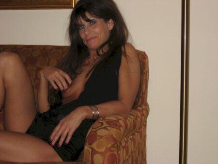 Femme cougar sexy dominatrice pour gars obéissant