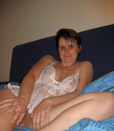 Pour une nuit de sexe avec une petite coquine